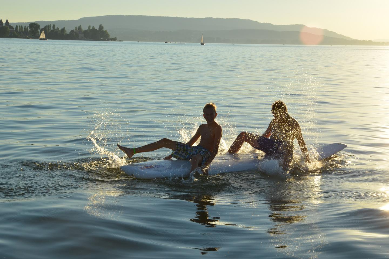 Kinder auf dem Wasser